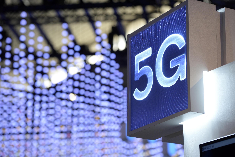 """la France, """"en retard""""dans le déploiement de la 5G au grand dam du gouvernement, lance mardi l'attribution des premières fréquences, qui devrait rapporter plusieurs milliards d'euros à l'Etat"""
