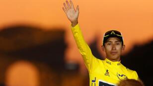 Ciclismo - Tour de Francia - La etapa 21 de 128 km desde Rambouillet hasta París Champs-Elysees - 28 de julio de 2019 - El ciclista del equipo INEOS Egan Bernal de Colombia celebra en el podio, luego de ganar la clasificación general y el maillot amarillo del líder.