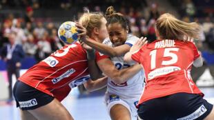 À l'image d'Estelle Nze Minko (au centre), les Françaises se sont bien battues face aux Norvégiennes, le 16 décembre 2016 à Göteborg, en Suède.