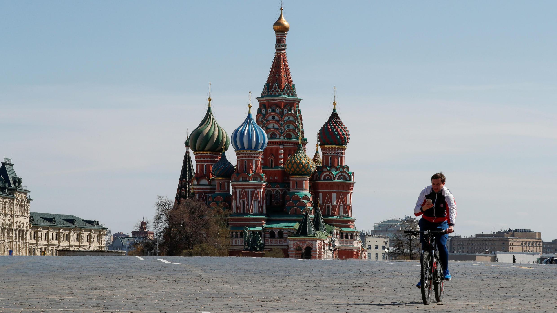 Un hombre monta en bicicleta a lo largo de la Plaza Roja, vacía por el Covid-19, en Moscú, Rusia, el 1 de mayo de 2020.