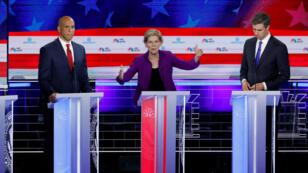 Los precandidatos demócratas la senadora estadounidense Elizabeth Warren, Cory Booker y Beto O'Rourke durante el primer debate demócrata de cara a las elecciones de 2020 en Miami, Florida, EE. UU., 26 de junio de 2019.