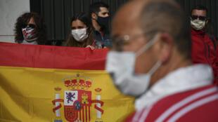 Españoles y residentes varados en Uruguay reclaman un vuelo humanitario de regreso a su país frente a la embajada española en Montevideo, el 14 de mayo de 2020