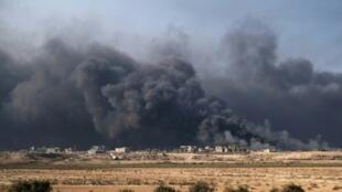 دخان يتصاعد من آبار نفط مشتعلة في القيارة جنوب الموصل في 4 تشرين الثاني/نوفمبر 2016
