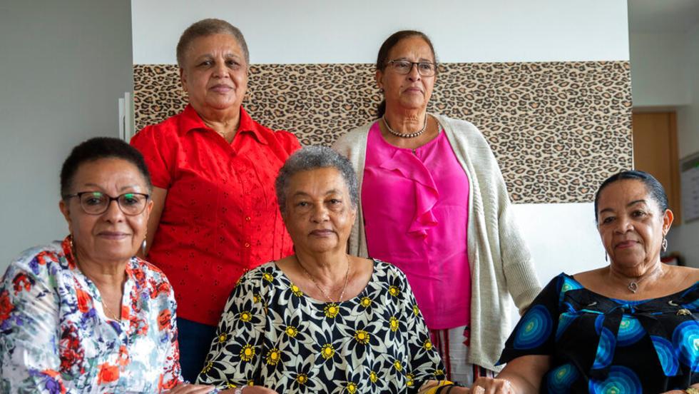 Léa Tavares Mujinga, Monique Bitu Bingi, Noëlle Verbeeken, Simone Ngalula y Marie-José Loshi fueron separadas de sus padres cuando tenían entre 2 y 4 años y fueron llevadas a la fuerza a la misión católica Katende, administrada por monjas belgas, en la provincia de Kasaï.