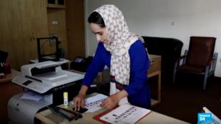 Imagen sin fecha que muestra a Shabnam Mir, de 24 años, quien lidera un proyecto para poner en funcionamiento máquinas para contar votos.