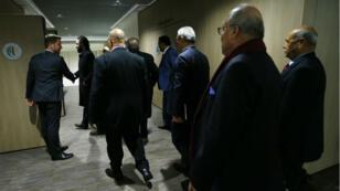 Des membres de la délégation de l'opposition syrienne entament la réunion avec la délégation officielle à Genève sous l'égide de l'ONU, le 1er décembre 2017.