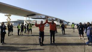 Bertrand Piccard et son comparse Andre Borschberg célèbrent la réussite de la traversée de l'Atlantique par leur avion Solar Impulse 2.