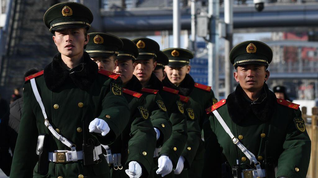 Oficiales de la policía china marchan frente a la estación de tren de Beijing después de la llegada del líder norcoreano Kim Jong Un a Beijing, el 8 de enero de 2019.