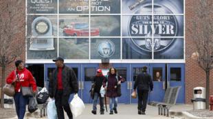 Des employés à la sortie d'une usine Fiat Chrysler Automobiles (FCA), le 18 mars 2020 à Détroit, dans le Michigan