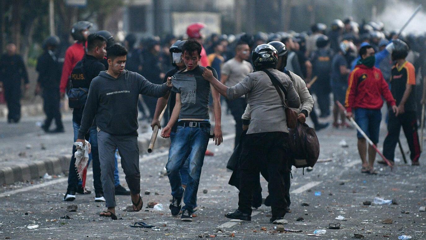 Un Indonésien arrêté par des policiers à Jakarta, le 22 mai.