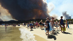 Tourists leaving the beach in Bormes-les-Mimosas because of fire approaching on July 26, 2017.