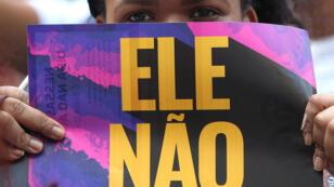 """Una mujer sostiene un cartel que dice """"Él no"""" en una manifestación contra Jair Bolsonaro en Río de Janeiro. 29 de septiembre de 2018."""