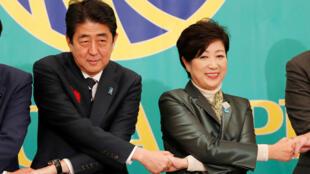 El premier Shinzo Abe y la gobernadora Yuriko Koike en un debate. 8/10/2017