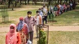مواطنون في نيودلهي ينتظرون في الصف للحصول على مساعدات من السلطات، الهند، 14 أبريل/نيسان 2020