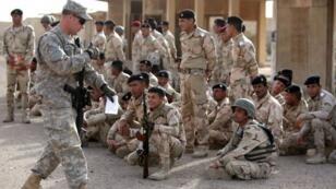 Des soldats américains présents sur le terrain entraînent des troupes irakiennes en 2015.