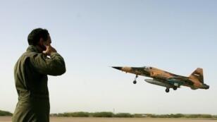 """مقاتلة إيرانية من طراز """"إف 5"""" لدى إقلاعها خلال مهمة تدريبية 23 حزيران/يونيو 2009"""
