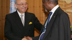 El embajador de Ecuador ante la ONU, Luis Gallegos Chiriboga (I), saluda al entonces secretario general de Naciones Unidas Kofi Annan, el 2 de agosto de 2005 en Nueva York