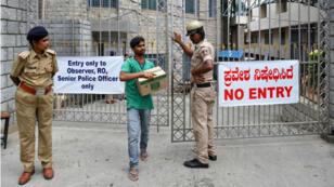Des membres de la police indienne montent la garde devant un centre de comptage des voix dans le cadre des élections générales, à Bangalore, le 22 mai 2019.