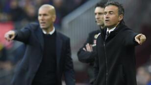 Les deuxx entraîneurs, Luis Enrique, (à d.) et Zinédine Zidane pendant le Clasico au Camp Nou à Barcelone, le 3 décembre 2016.