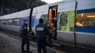 Des policiers français contrôlant un train en provenance de Milan.