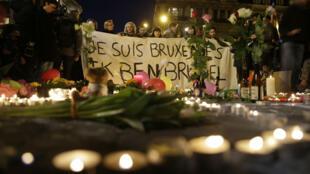Hommage aux victimes des attentats du 22 mars 2016 sur la place de la Bourse, à Bruxelles.