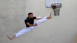 Le champion du monde  de karaté français Steven Da Costa s'entraîne sur la terrasse familial, à Mont-Saint-Martin, le 5 mai 2020