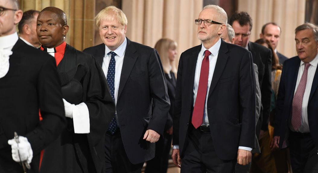 El principal líder opositor, del Partido Laborista del Reino Unido, Jeremy Corbyn, camina junto al Primer Ministro británico, Boris Johnson, después del Discurso de la Reina Isabel II, durante la apertura del Parlamento, en Londres, el 14 de octubre de 2019.