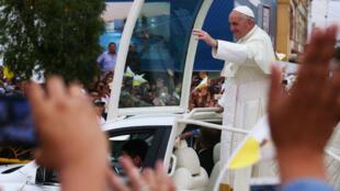 El pontífice fue recibido por decenas de fieles en las calles de Lima el 18 de enero de 2018.