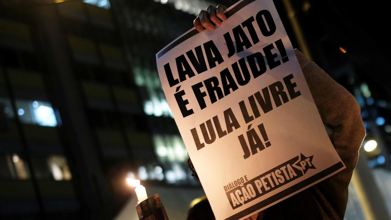 """Una mujer sostiene una señal que dice """"es fraude, liberen a Lula"""" durante una protesta contra el ministro de Justicia de Brasil, Sergio Moro, en Sao Paulo, Brasil, el 11 de junio de 2019."""