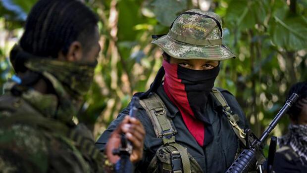 Esta foto tomada el 26 de enero de 2017 muestra a Danilo Hernández, (C) comandante del Frente Occidental de Guerra Resistencia Cimarrón del Ejército de Liberación Nacional (ELN), durante una entrevista con AFP en Alto Baudó, en el departamento del Chocó, Colombia.
