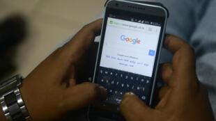 Un internauta utiliza el motor de búsqueda de Google en su teléfono móvil el 2 de septiembre de 2015 en la ciudad india de Siliguri