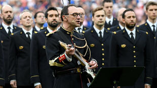 Jean-Michel Mekil interprète le tube d'Oasis au stade de France, le 13 juin 2017.