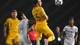 الاسترالي نيكولاس داغوستينو (وسط) يقاتل من أجل الكرة مع الكمبودي سامباث (الثاني يسار) خلال مباراة كرة القدم في التصفيات الآسيوية المؤهلة لدورة الألعاب الأولمبية طوكيو 2020، في 22 آذار/مارس 2019.
