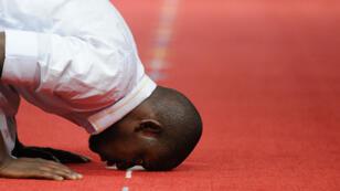 Un homme prie à la mosquée Assalam de Nantes, la veille du ramadan, le 28 juin 2014.