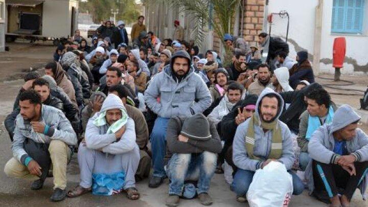 عمال مصريون ينتظرون عند معبر راس أجدير