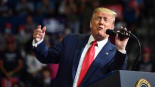 الرئيس الأمريكي دونالد ترامب يلقي خطاباً أمام أنصاره خلال تجمع انتخابي في تولسا بولاية أوكلاهوما في 20 حزيران/يونيو 2020.