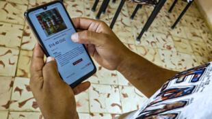 El ingeniero informático cubano Jorge Noris comprueba el precio de los productos que compró en línea en Tu Envio, la única web de compras en línea en Cuba, en La Habana, el 19 de junio de 2020. En Cuba, la experiencia de comprar en línea aumentó en medio de la pandemia del nuevo coronavirus para mantener a los consumidores alejados de las colas, pero no resultó y las autoridades debieron hacer un mea culpa.