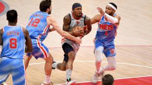 لاعب واشنطن ويزاردز برادلي بيل (وسط) يحاول اختراق دفاع بروكلين نتس خلال مواجهة الفريقين في دوري كرة السلة الاميركي للمحترفين. الاول من شباط/فبراير 2021