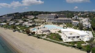 Vista aérea de un hotel cerrado frente a la costa de Corfú, en Grecia. El 27 de abril de 2020.