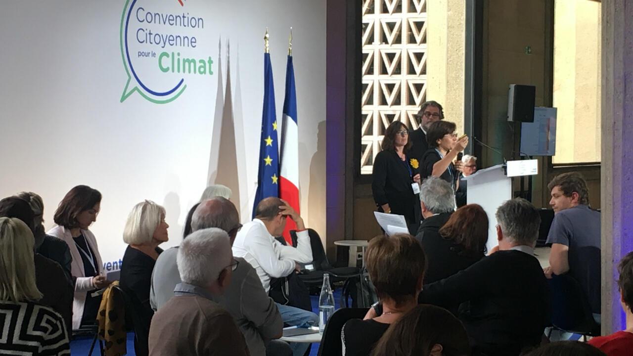 Les 150 citoyens de la Convention pour le climat écoutent, le 4 octobre 2019, l'état des lieux sur le réchauffement climatique dressé par la paléoclimatologue Valérie Masson-Delmotte.