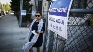 Une femme se rend dans un bureau de vote, à Brooklyn, le 19 avril 2016.