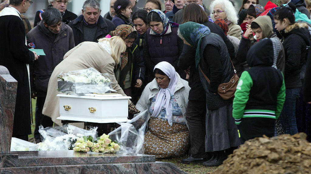 Illéana, la mère du nourrisson rom, accablée par le chagrin, au cimetière de Wissous, le 5 janvier 2015.