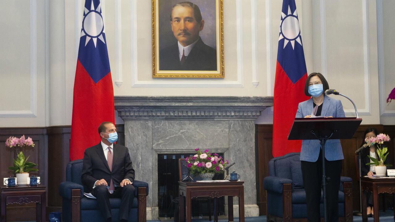 Le secrétaire américain à la Santé, Alex Azar, et la présidente taïwanaise, Tsai Ing-wen, lors d'une réunion à Taipei (Taïwan), le 10 août 2020.