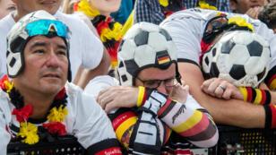 Le désespoir des supporters allemands la fin du match contre la Corée du sud, mercredi 27 juin 2018.