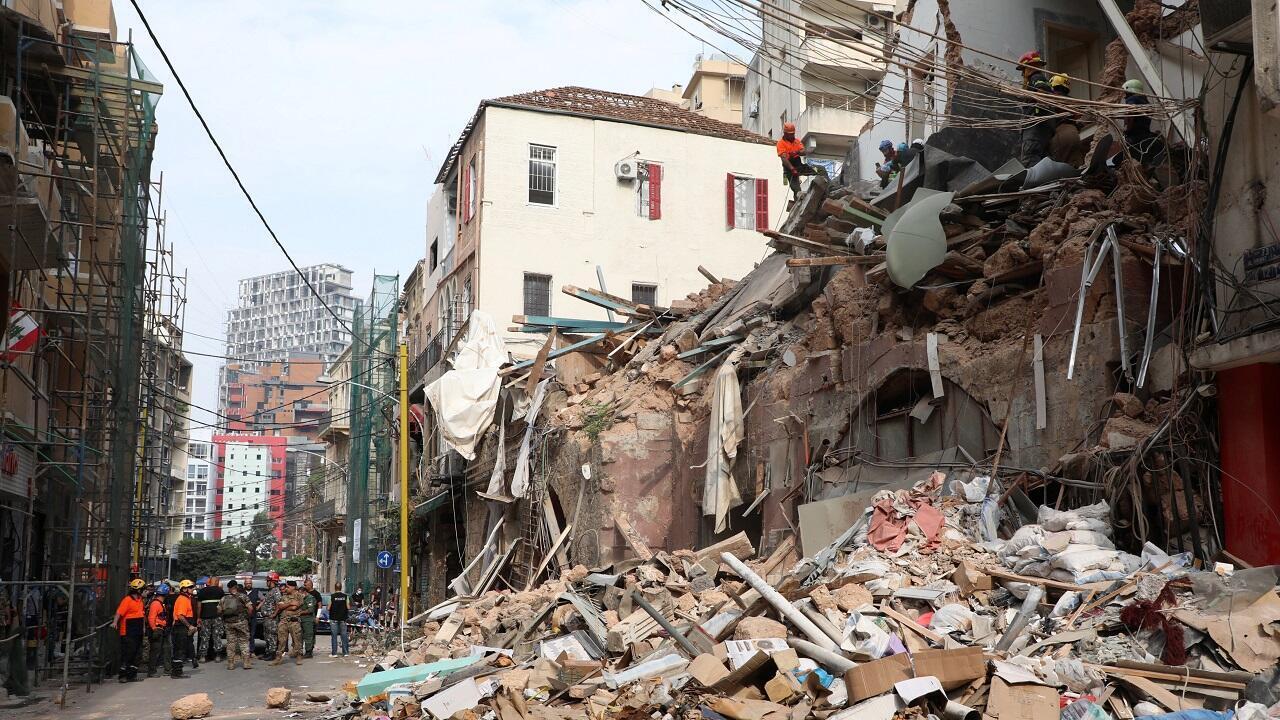 فريق إنقاذ يبحث بين أنقاض المباني المدمرة جراء انفجار مرفأ بيروت. لبنان في 3 سبتمبر/أيلول 2020.