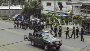 Des policiers patrouillent dans la ville de Buea, chef-lieu du Sud-Ouest, le 1er octobre 2017.