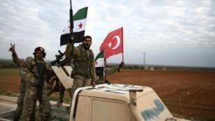 مقاتلون سوريون موالون لأنقرة يجرون تدريبات في ريف حلب الشمالي، استعدادا للمشاركة في هجوم تركي محتمل على منطقة منبج