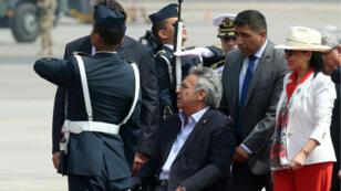 El presidente ecuatoriano, Lenín Moreno, acompañado por la primera dama, Rocío González, en el aeropuerto de Lima, Perú, el 12 de abril de 2018.