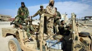 مقاتلون موالون للمشير خليفة حفتر عند تخوم بنغازي في 28 كانون الثاني/يناير 2017