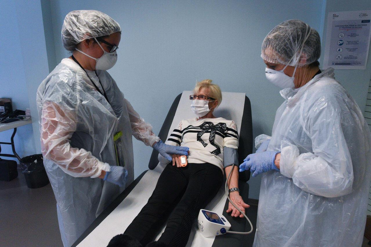 Les infirmières vérifient les constantes vitales de Chantal, Nogentaise de 67 ans.